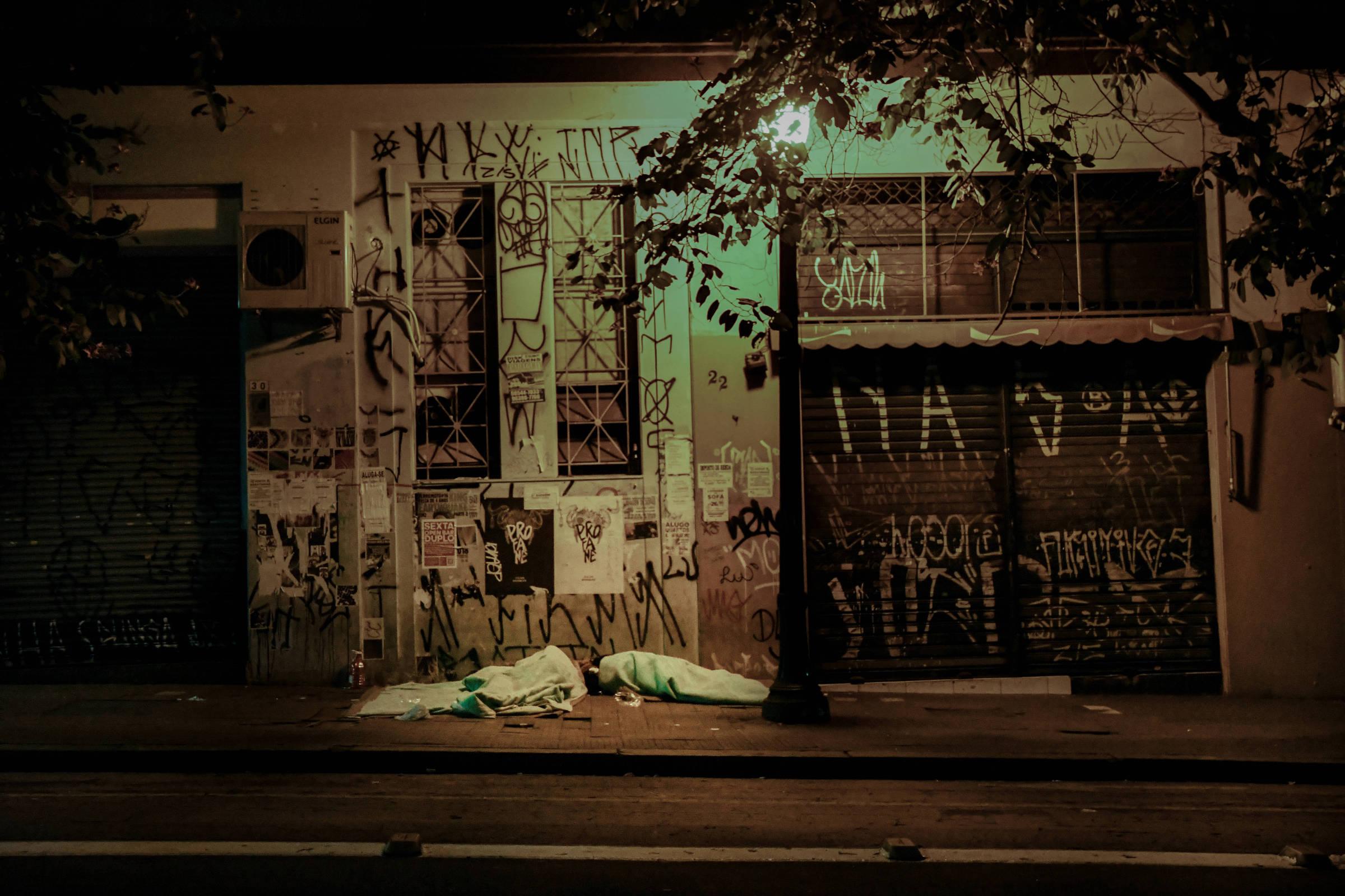 Sob a luz de um poste, William e Giovanna dormem cobertos dos pés à cabeça
