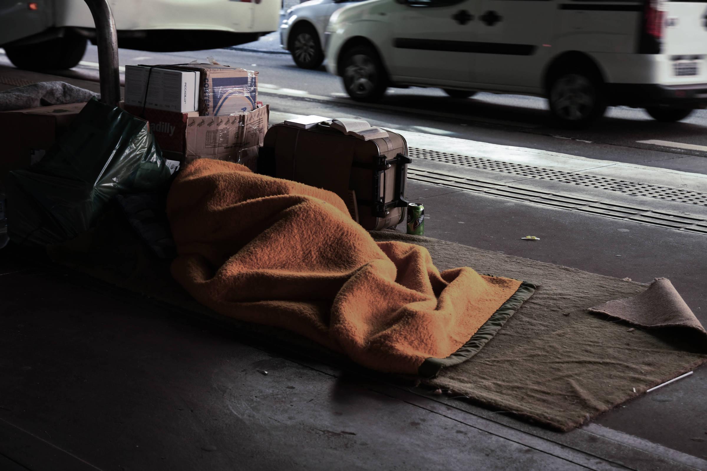 Jonas Aparecido Dias, 29, dorme embaixo do Elevado Presidente João Goulart, próximo ao metrô Marechal Deodoro