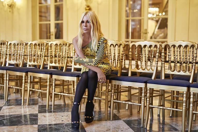 A estilista Donatella Versace antes do seu desfile da grife Versace