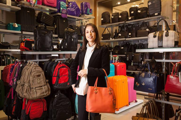 A empresária Angelica Perazzo em sua loja licenciada Le Postiche, na zona norte de São Paulo