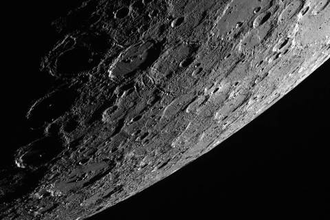 Fotos das crateras do planeta Mercúrio captada pela sonda Messenger da Nasa, que estuda os detalhes do sistema de cratera do planeta. *** This NASA image released on October 29, 2013 was acquired on October 2, 2013 by the Wide Angle Camera (WAC) of the Mercury Dual Imaging System (MDIS) aboard NASA's MESSENGER spacecraft, as part of the MDIS's  limb imaging campaign. This scene, which was acquired looking from the shadows toward the sunlit side of the planet, a 120-km (75 mi.) impact crater stands out near the center. Emanating from this unnamed crater are striking chains of secondary craters, which gouged linear tracks radially away from the crater. While this crater is not especially fresh (its rays have faded into the background), it does appear to have more prominent secondary crater chains than many of its peers. Once per week, MDIS captures images of Mercury's limb, with an emphasis on imaging the southern hemisphere limb. These limb images provide information about Mercury's shape and complement measurements of topography made by the Mercury Laser Altimeter (MLA) of Mercury's northern hemisphere. The MESSENGER spacecraft is the first ever to orbit the planet Mercury, and the spacecraft's seven scientific instruments and radio science investigation are unraveling the history and evolution of the solar system's innermost planet. AFP PHOTO/NASA  = RESTRICTED TO EDITORIAL USE- MANDATORY CREDIT