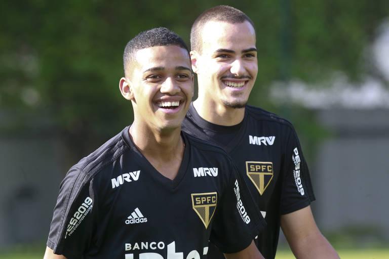 O atacante Brenner (à esq.) durante treino da equipe do São Paulo