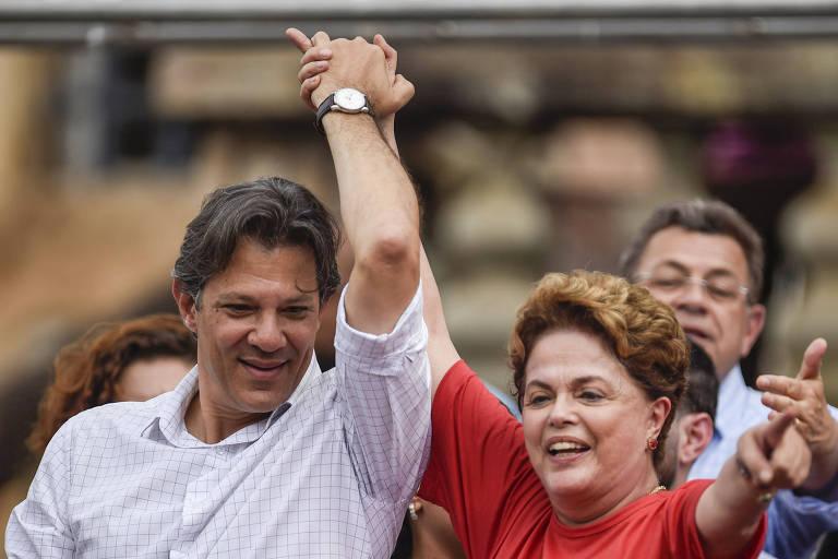 Os petistas Fernando Haddad e Dilma Rousseff dão as mãos