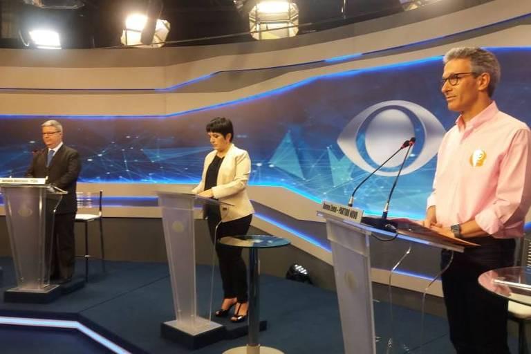 Romeu Zema (Novo) à frente e Antonio Anastasia (PSDB) ao fundo, posicionados para debate da Rede Bandeirantes para o governo de Minas Gerais
