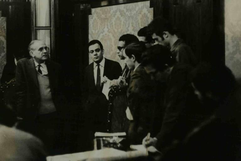 O delegado do Dops (Departamento de Ordem Política e Social), Aldário Tinoco, conversa com jornalistas em seu gabinete em São Paulo