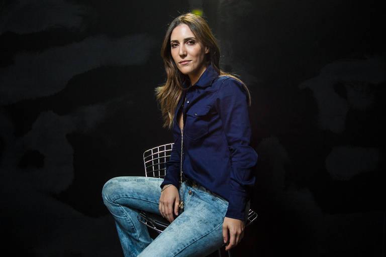 A estilista Lily Sarti no back Stage da SPFW