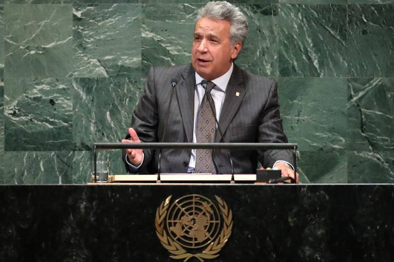 Moreno aparece falando em púlpito preto com símbolo da ONU. Ao fundo, uma parede de pedra verde.