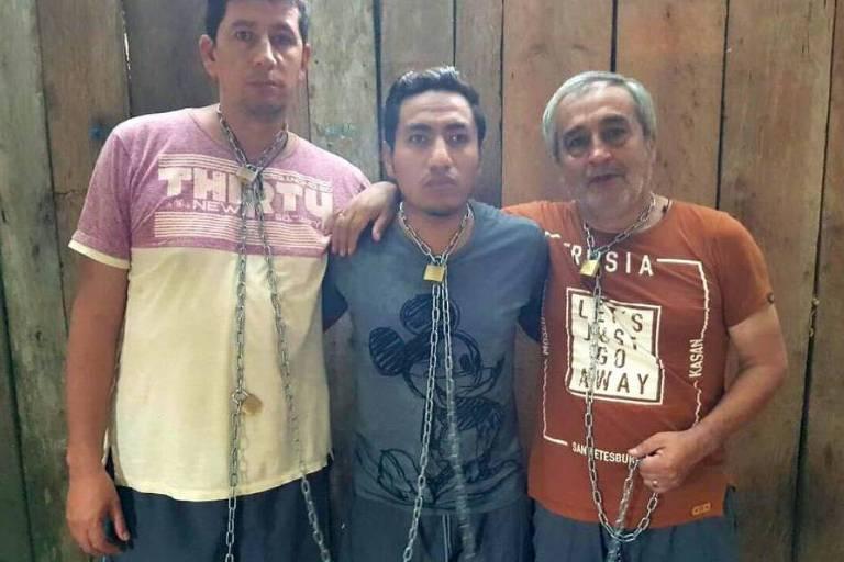 Da esquerda para a direita, o fotógrafo Paúl Rivas, o jornalista Javier Ortega e o motorista Efraín Segarra, em foto captura de vídeo que os mostra sequestrados