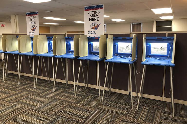 Cabines de votação para as eleições legislativas na cidade de Minneapolis, nos EUA; russa foi processada por tentar interferir no pleito