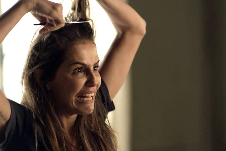 Deborah Secco adota corte de cabelo 'joãozinho' para viver Karola em 'Segundo Sol'