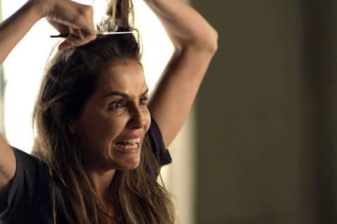 Karola (Deborah Secco), desesperada, corta os próprios cabelos *** Local Caption *** luizinho - D:\Pessoal\Videos DIREITOS RESERVADOS. NÃO PUBLICAR SEM AUTORIZAÇÃO DO DETENTOR DOS DIREITOS AUTORAIS E DE IMAGEM
