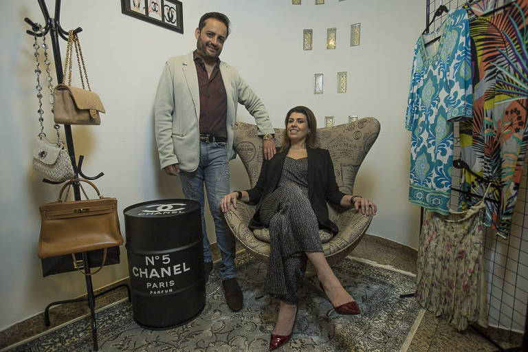 Renata Galon e Rômulo Rodrigues, sócios do brechó de luxo Poemä Noire, em sua casa na zona sul de SP