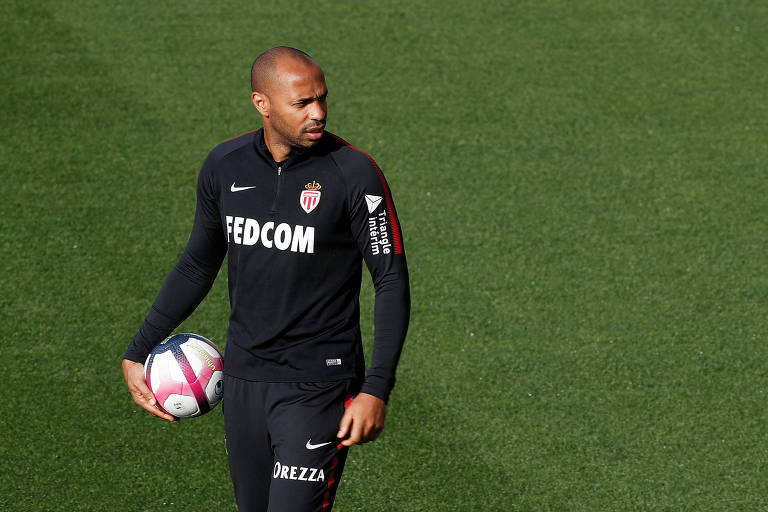 Henry comanda treino do Monaco, em seu primeiro desafio como treinador no futebol profissional