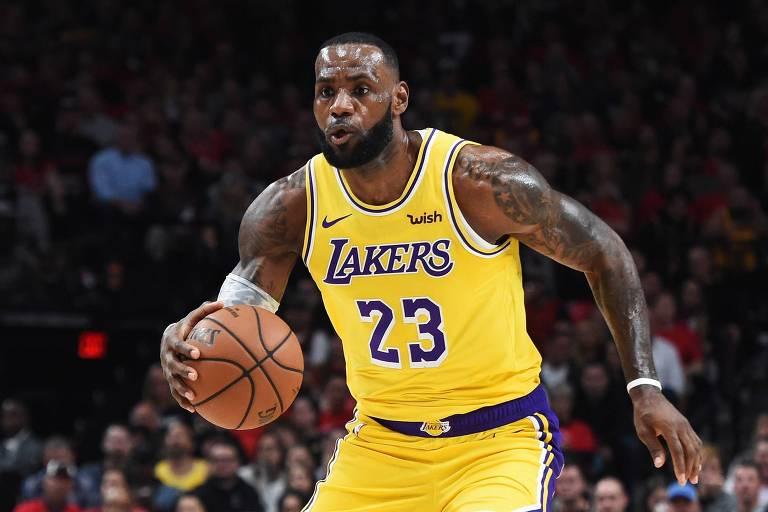 LeBron James anotou 26 pontos, 12 rebotes e 6 assistências em sua estreia oficial pelo Lakers