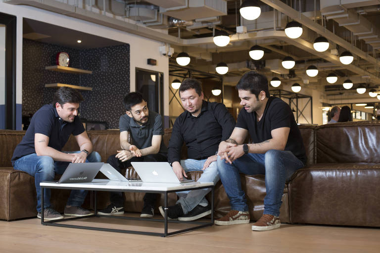 Os sócios da startup Tuuris, da esq.:  Fellipe Soares, Douglas Teruya, Eduardo Tamaki e Fernando Esteves, em coworking em São Paulo