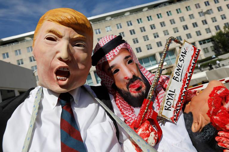 Ativistas com máscaras do presidente americano Donald Trump e do príncipe herdeiro da Arábia Saudita Mohammed bin Salman protestam contra o desaparecimento de Jamal Khashoggi em Washington