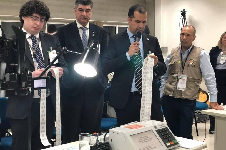 Técnicos da Justiça Eleitoral, da Polícia Federal e de outras instituições fazem a auditoria de urnas eletrônicas, no Tribunal Regional Eleitoral do Paraná