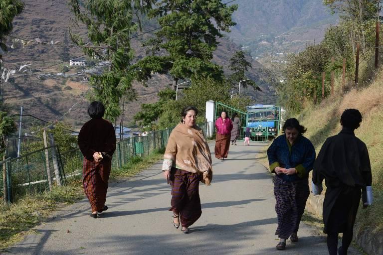 Butaneses chegam para votar em eleição no Butão no dia 18 de outubro