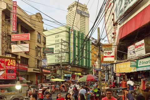 Rua comercial no bairro de Cubao, em Quezon City, um dos 16 municípios que compõem a região metropolitana de Manila (chamada de Metro Manila), nas Filipinas Foto: Tuca Vieira