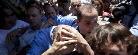 RIO DE JANEIRO, RJ, BRASIL, 20-10-2010: O candidato a presidencia da republica Jose Serra protege a cabeca apos ser atingido por objeto nao identificado durante caminhada no Calcadao de Campo Grande, zona oeste do Rio, no segundo turno das eleicoes presidenciais 2010, em 20 de outubro 2010. (Foto: Rafael Andrade/Folhapress, PODER) ***EXCLUSIVO FOLHA DE SP***