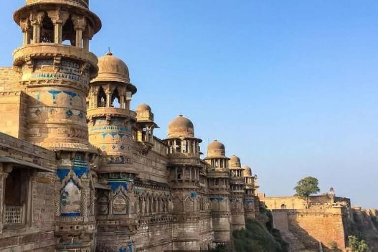 O mais antigo exemplo do zero escrito como um dígito pode ser encontrado em um templo dentro do Forte Gwalior, na Índia