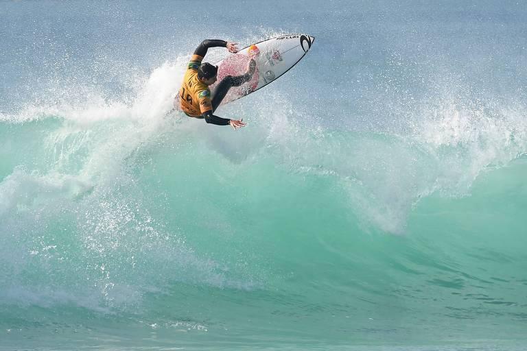 Gabriel Medina realiza um aéreo na onda, durante as quartas de final em Peniche