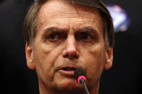 'Não tenho nada a ver com isso', diz Bolsonaro sobre empresas no WhatsApp