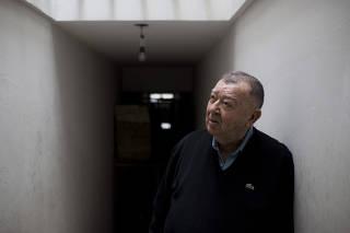 Jacó Guinsburg em sua editora, em São Paulo
