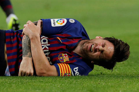 Soccer Football - La Liga Santander - FC Barcelona v Sevilla - Camp Nou, Barcelona, Spain - October 20, 2018   Barcelona's Lionel Messi after sustaining an injury      REUTERS/Albert Gea ORG XMIT: AI