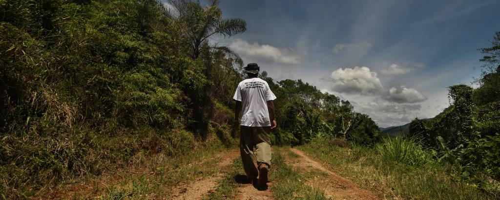 Conselheiro fiscal da Associação Quilombo de Ivaporunduva, caminha nas terras que precisam de licença de plantio