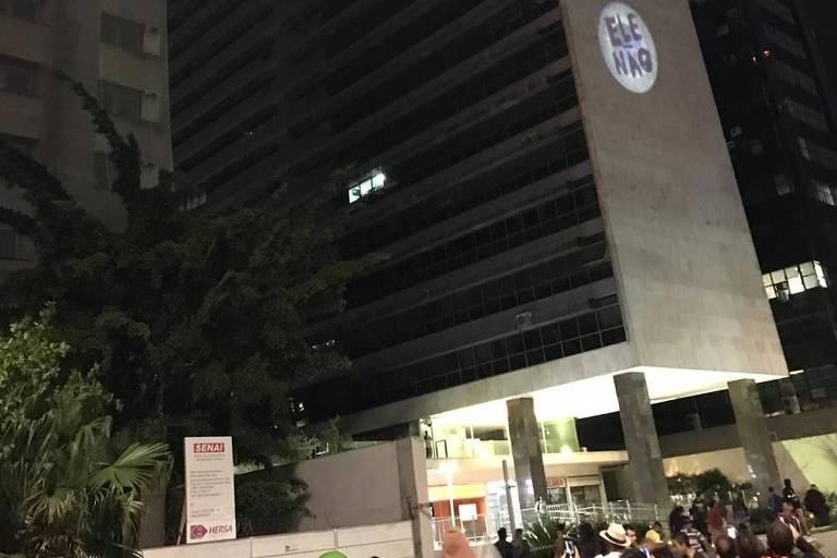 Projeção Ele Não em prédio na Paulista empolga manifestantes