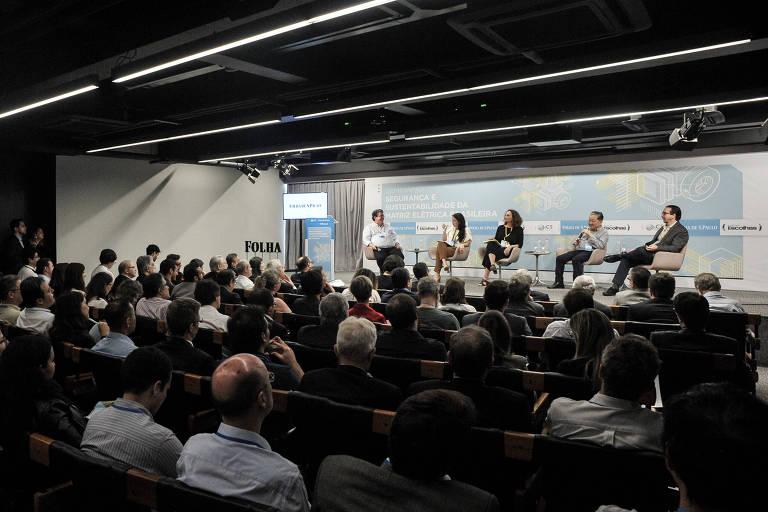 Mesa de debates do seminário Segurança e Sustentabilidade da Matriz Elétrica Brasileira, no auditório da Folha, em São Paulo