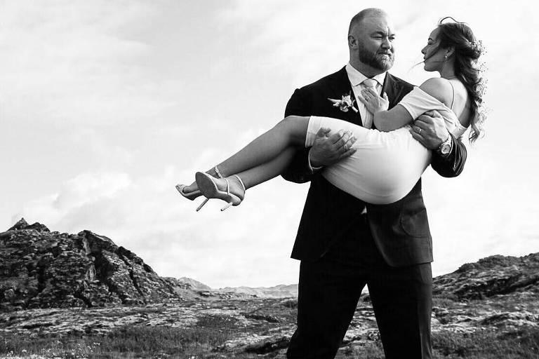 O ator Hafþór Júlíus Björnsson segura sua mulher, a canadense Kelsey Henson