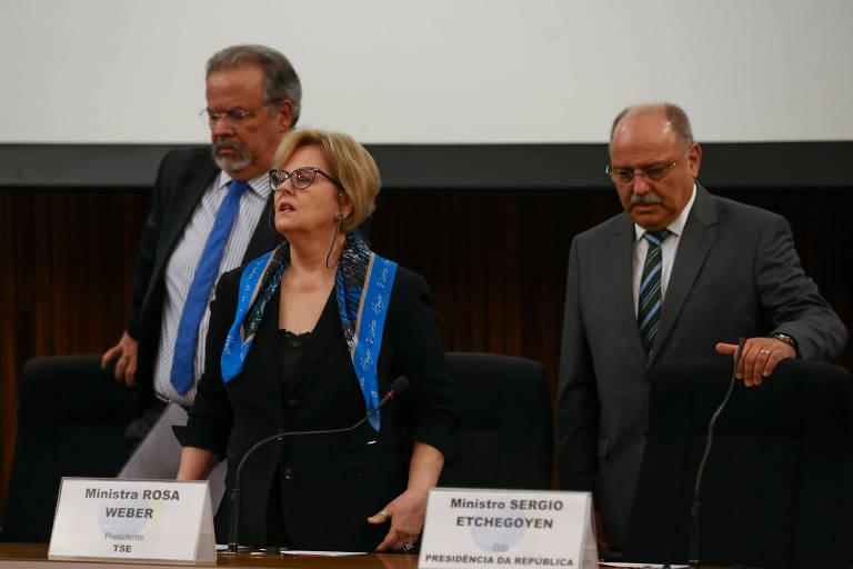 O ministro Raul Jungmann (Segurança Pública), a presidente do TSE, Rosa Weber, e Sérgio Etchegoyen (GSI), em entrevista neste domingo (21), no TSE