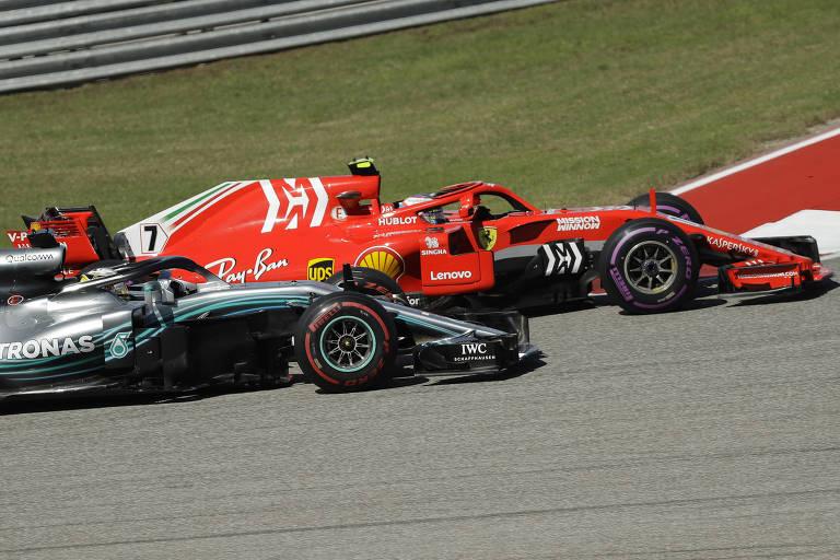 Raikkonen, da Ferrari, ultrapassa Hamilton, da Mercedes, durante o Grande Prêmio dos Estados Unidos em Austin