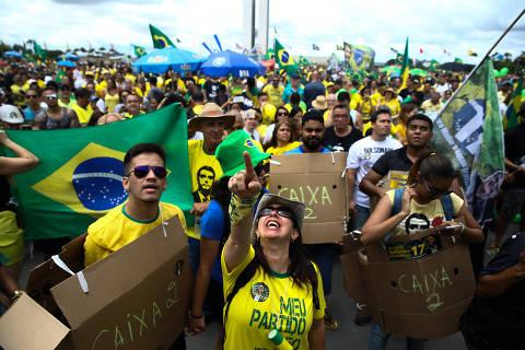 Atos a favor de Jair Bolsonaro ironizam suspeita de caixa dois