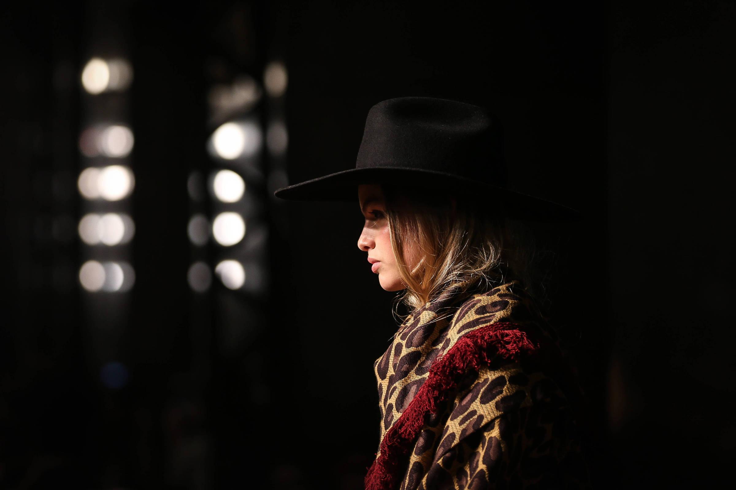 SPFW começa com desfile  western  da Lilly Sarti, melancólica e sem alarde  - 21 10 2018 - Ilustrada - Folha 598b1ca760