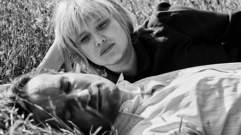 mulher e homem deitados na grama