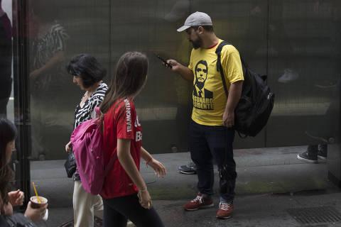 Reação a camiseta de candidato vai de sorriso a cusparada em São Paulo