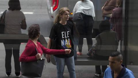 SAO PAULO - SP - 19.10.2018 - Repórteres da Folha foram a avenida Paulista vestidos com camiseta