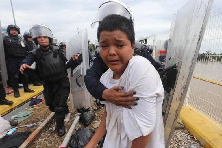 Mario Castellanos tentou cruzar a fronteira, mas foi impedido por policiais mexicanos