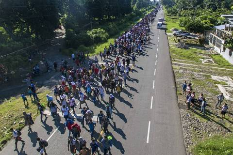 TOPSHOT - Aerial view of Honduran migrants heading in a caravan to the US, on the road linking Ciudad Hidalgo and Tapachula, Chiapas state, Mexico, on October 21, 2018. - Thousands of Honduran migrants resumed their march toward the United States on Sunday from the southern Mexican city of Ciudad Hidalgo, AFP journalists at the scene said. (Photo by PEDRO PARDO / AFP) ORG XMIT: 4251