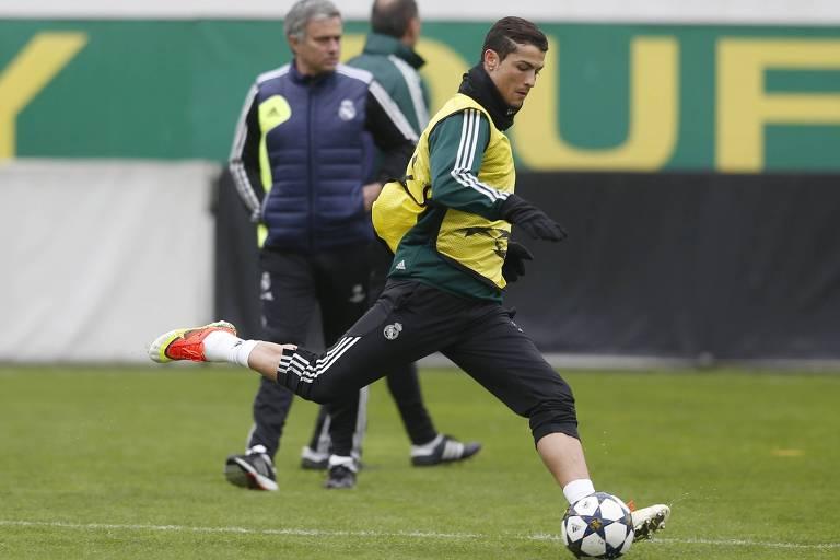 Ronaldo em treino do Real Madrid. Ao fundo, José Mourinho acompanha a atividade