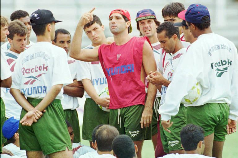 Renato Gaúcho reúne jogadores durante treino do Fluminense, em 1995, e pede união apesar dos salários atrasados