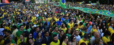 Supporters of Brazilian right-wing presidential candidate Jair Bolsonaro take part in a rally along Paulista Avenue in Sao Paulo Brazil on October 21 2018. - Barring any last-minute upset, Brazil appears poised to elect Jair Bolsonaro, a populist far-right veteran politician, as its next president in a week's time. (Photo by NELSON ALMEIDA / AFP)