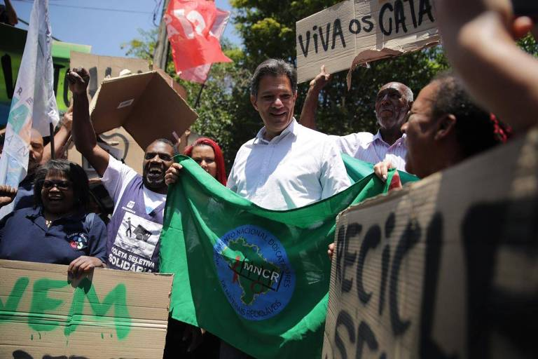 O candidato à Presidência, Fernando Haddad (PT), durante campanha em encontro com catadores na Cooperativa Coopamare, em Pinheiros, zona Oeste de São Paulo