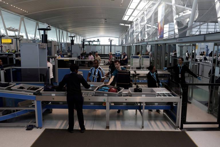 Área de revista de bagagens do aeroporto JFK, em Nova York