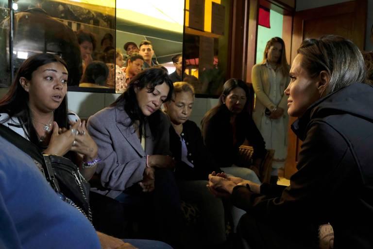 Angelina Jolie com refugiadas venezuelanas em abrigo em Lima, no Peru