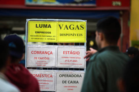 ***ATENÇÃO FOTO DE ARQUIVO*** SÃO PAULO, SP, 29.06.2016: MERCADO-TRABALHO - Pessoas observam ofertas de emprego na rua Barão de Itapetininga no centro de São Paulo. O IBGE divulgou elevação da taxa de desemprego para 11,2%. (Foto: Danilo Verpa/Folhapress) ORG XMIT: AGEN1606291456075090