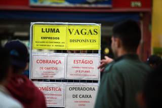 Pessoas observam ofertas de emprego no centro de São Paulo